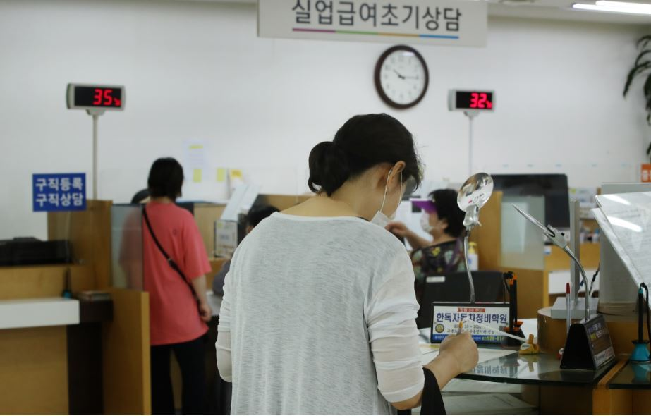 A citizen fills out an application for unemployment benefits at a regional office of the Ministry of Employment and Labor in Seoul earlier this month. (Yonhap)