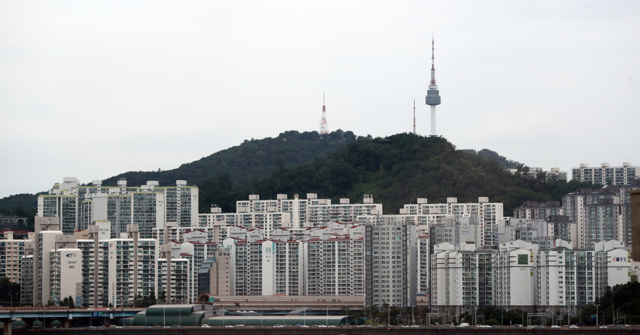 A view of apartment complexes near Namsan, a mountain in central Seoul. (Yonhap)