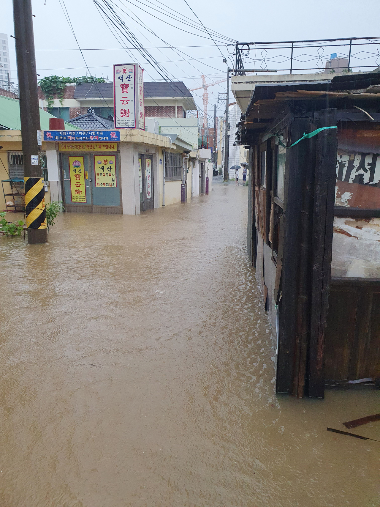 A residential area in Gwangju, South Jeolla Province, is flooded Monday morning as heavy rain overnight caused problems with water pipelines at a nearby construction site. (Yonhap)