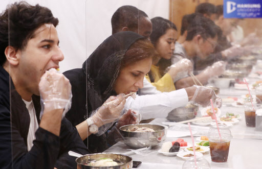 """Foreign students eat ginseng chicken soup, known as """"samgyetang,"""