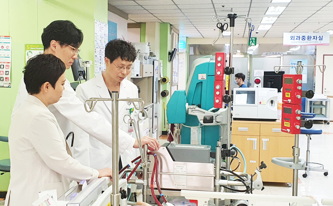 Photo shows team of medics who treated Korea's first ever COVID-19 survivor to receive a double lung transplant. (Photo courtesy of Hallym University Medical Center)
