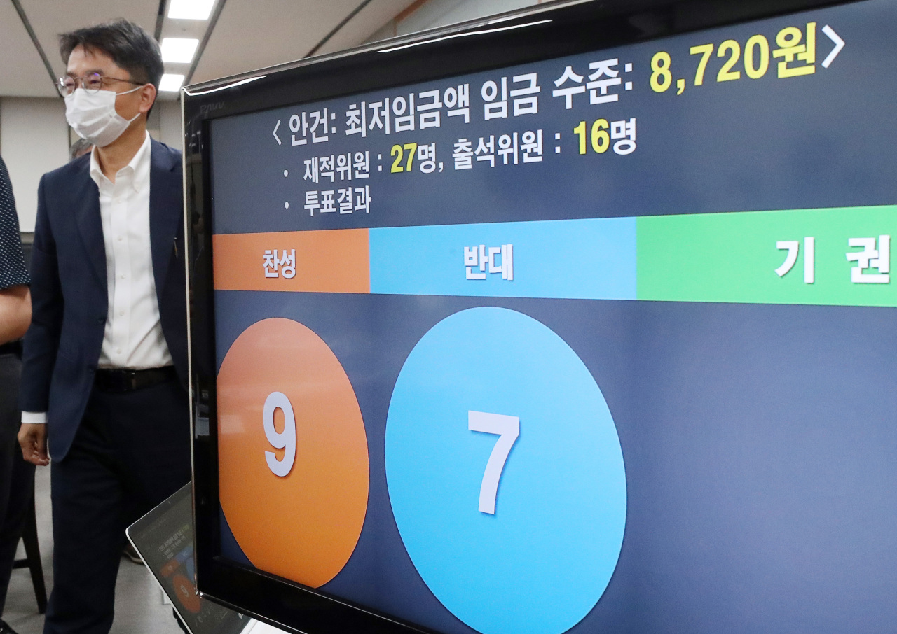 A board at the Minimum Wage Commission`s ninth plenary meeting on Tuesday shows the 1.5 percent increase proposal for next year`s rate passing in a vote of 9-7, with only nine public-interest commissioners and seven business commissioners in attendance. (Yonhap)