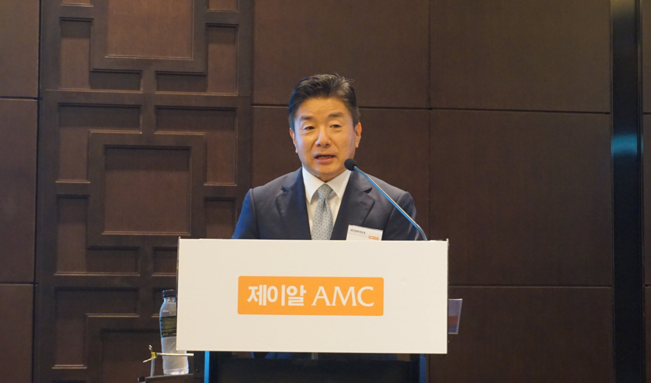 JR AMC President and CEO Kim Kwan-young speaks at a briefing held in Seoul on Tuesday. (JR Asset Management)