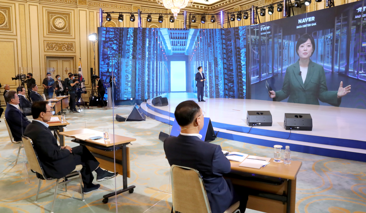 Hyundai Motor Group Executive Vice Chairman Chung Euisun presents his Green New Deal vision in the left photo teleconferenced at Cheong Wa Dae on Tuesday. Naver CEO Han Seong-sook delivers her presentation in the right photo. (Yonhap)