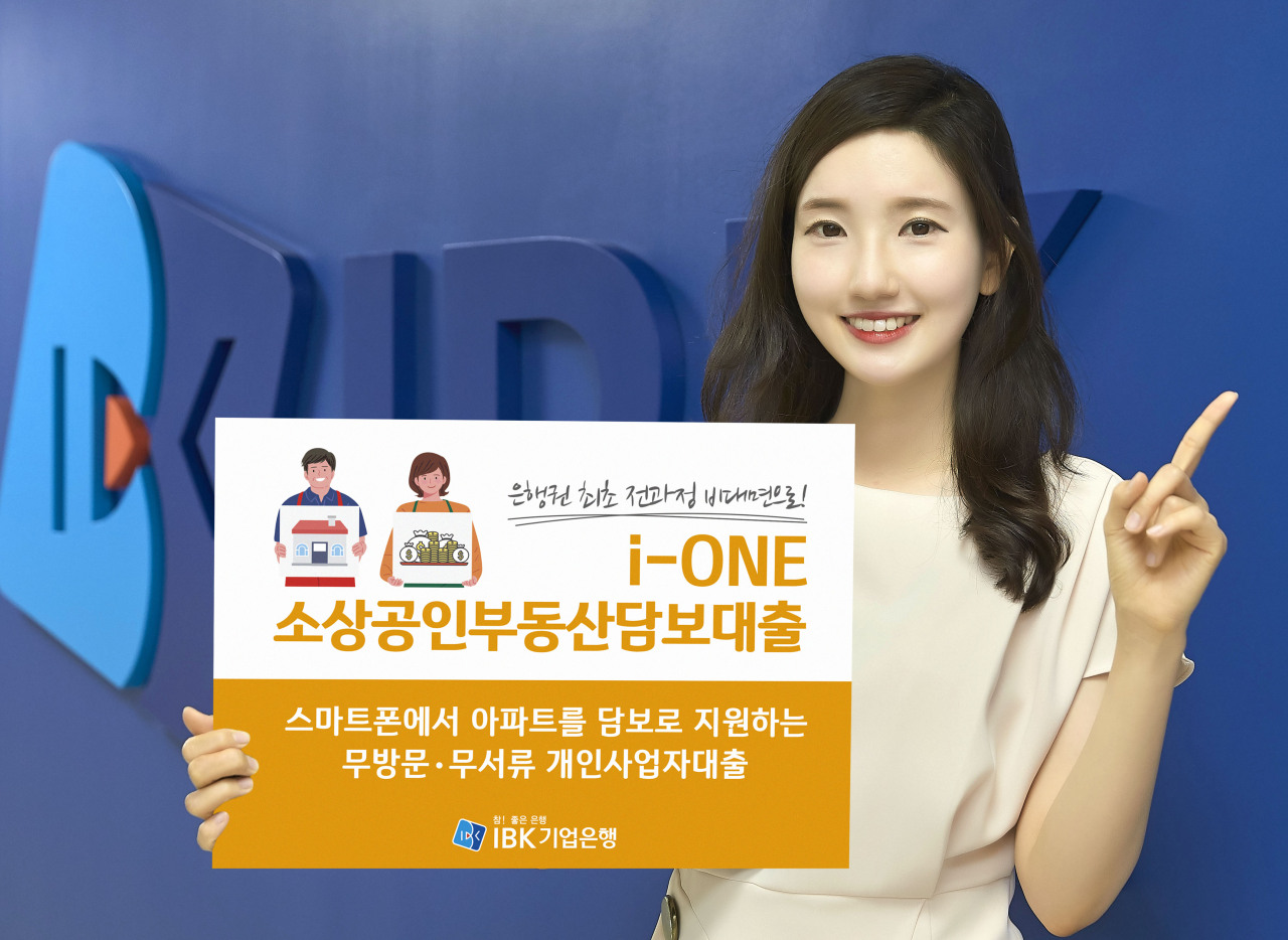 An IBK employee promotes the lender's new 'untact' mobile mortgage for the self-employed and small businesses. (Industrial Bank of Korea)