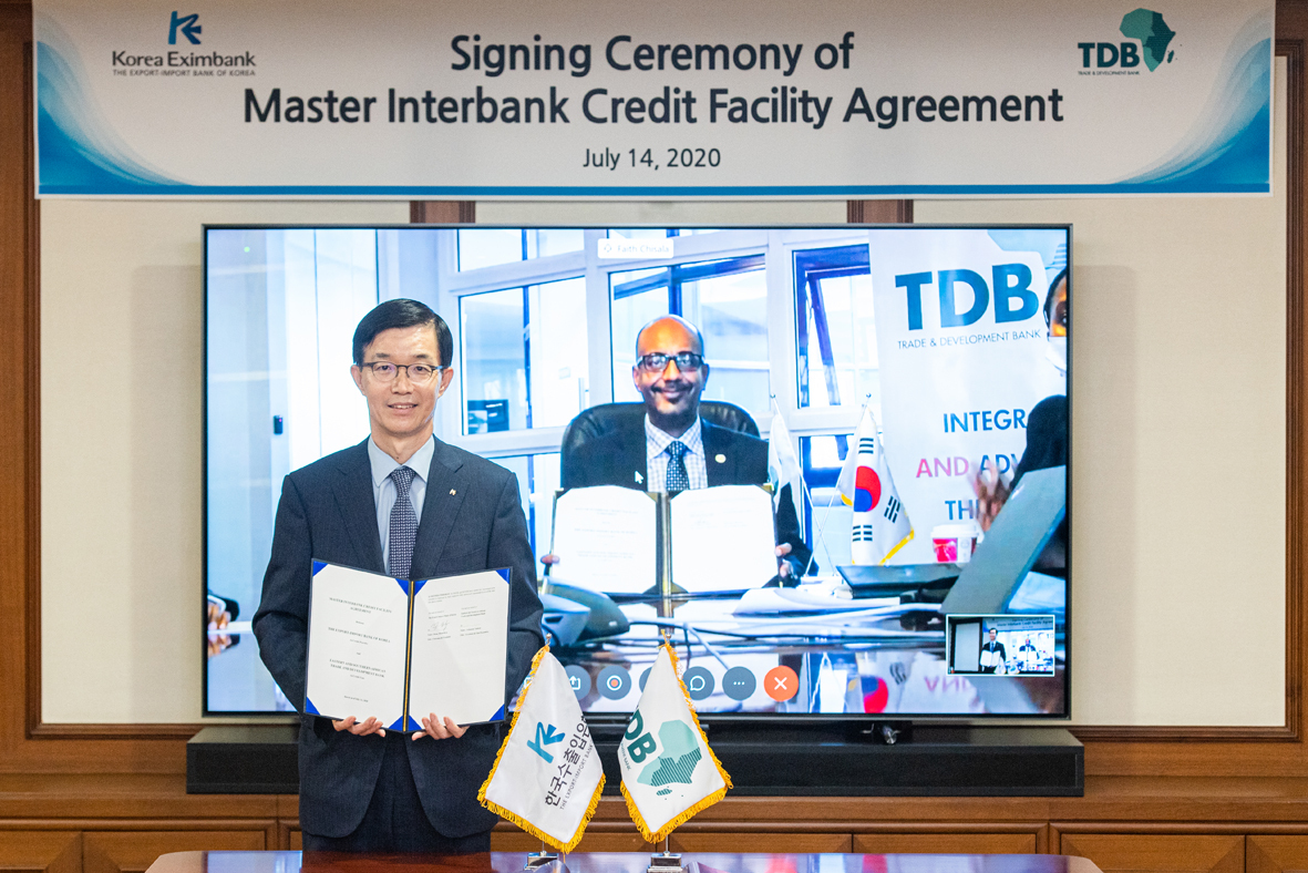 Bang Moon-kyu, chief of the state-run Export-Import Bank of Korea poses for a photo after signing a sublease contract worth $100 million with the Eastern and Southern African Trade and Development Bank via a videoconference on Monday. (Export-Import Bank of Korea)