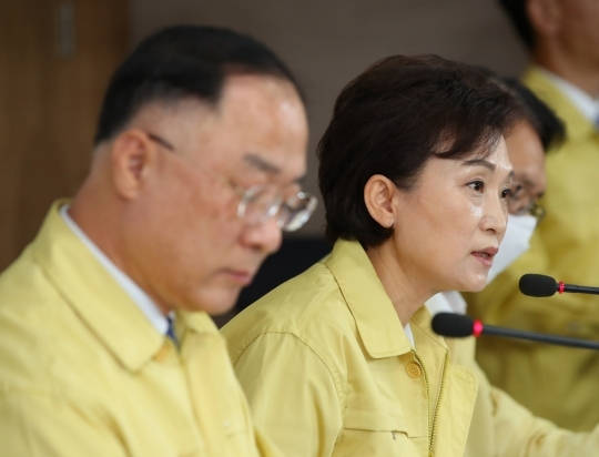 Finance Minister Hong Nam-ki, left, and Land Minister Kim Hyun-mee attend a press briefing held at the Seoul government complex on July 10. (Yonhap)