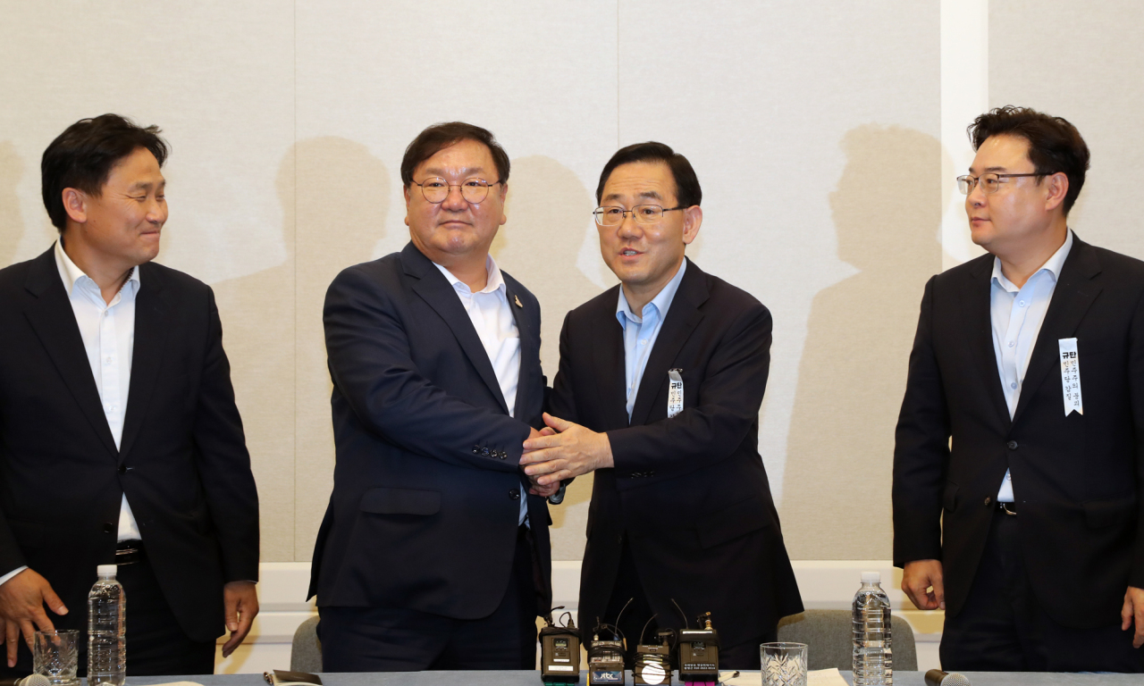 Ruling and main opposition party officials including Democratic Party floor leader Rep. Kim Tae-nyeon and main opposition United Future Party floor leader Rep. Joo Ho-young agree to begin parliamentary proceedings on Tuesday. (Yonhap)