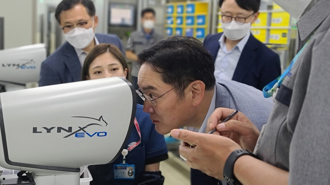 Samsung Electronics' Vice Chairman Lee Jae-yong (center) inspects the company's manufacturing facility for automotive multilayer ceramic capacitors in Busan on Thursday. (Samsung Electronics)