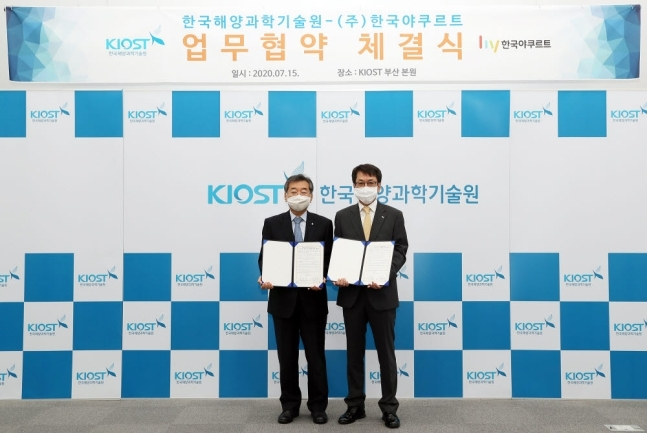 Korea Yakult CEO Kim Byung-jin (right) and KIOST President Kim Woong-seo pose after signing an MOU at Korea Institute of Ocean Science and Technology in Busan on Wednesday. (Korea Yakult)