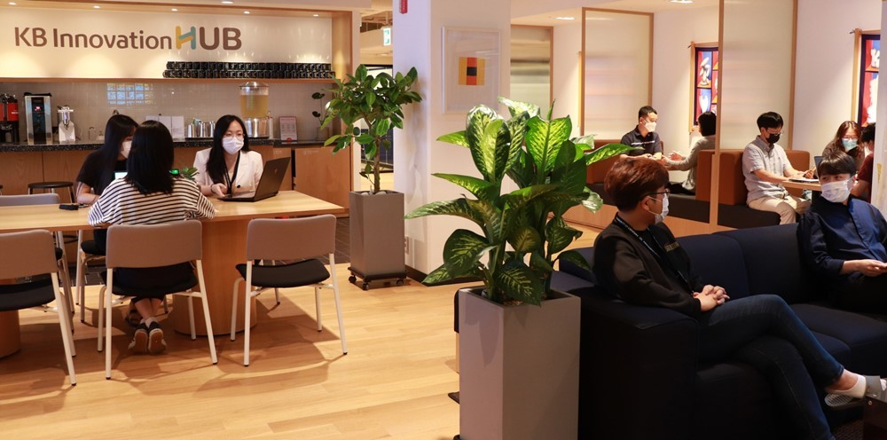 Local startups work at the KB Innovation Hub within WeWork Korea's Sinnonhyeon branch in southern Seoul. (KB Financial Group)