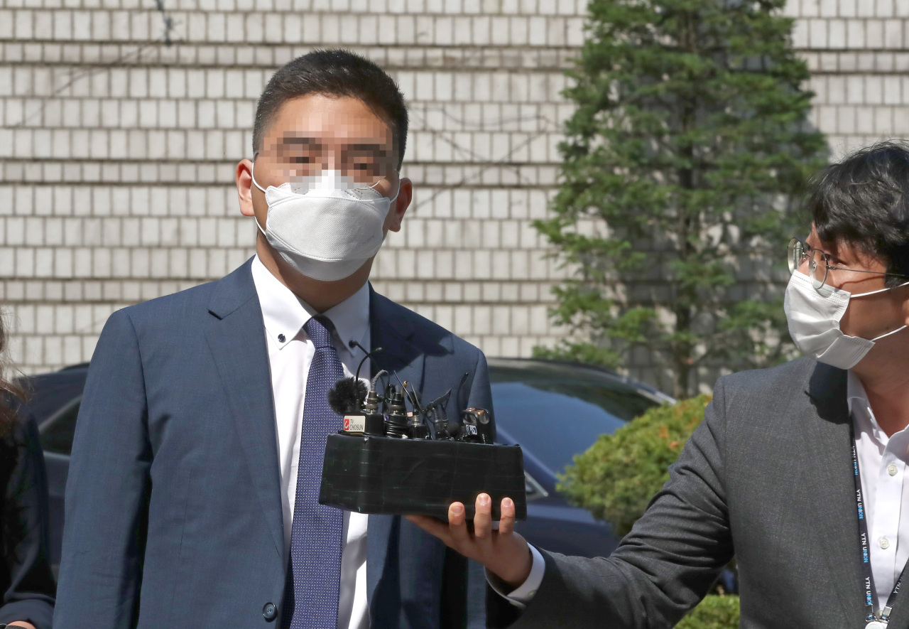 Lee Dong-jae, a former broadcast reporter at Channel A, walks Friday to attend his arrest warrant hearing after being accused of colluding with a prosecutor to take down a media personality. (Yonhap)