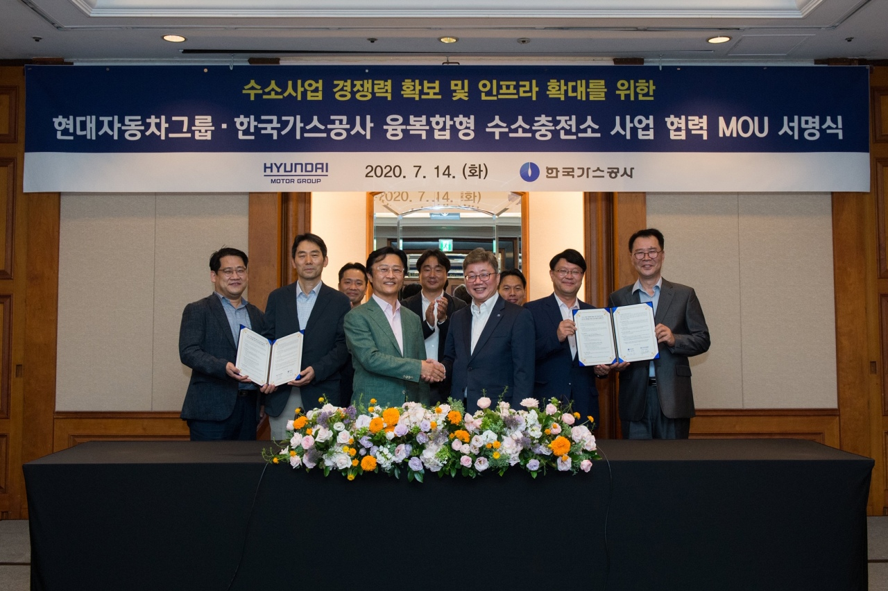 Korea Gas Corp. CEO Chae Hee-bong (first row, third from left) shakes hands with Hyundai Motor Group President and head of the strategy and technology division Chi Young-cho (first row, fourth from left), Tuesday. (Kogas)