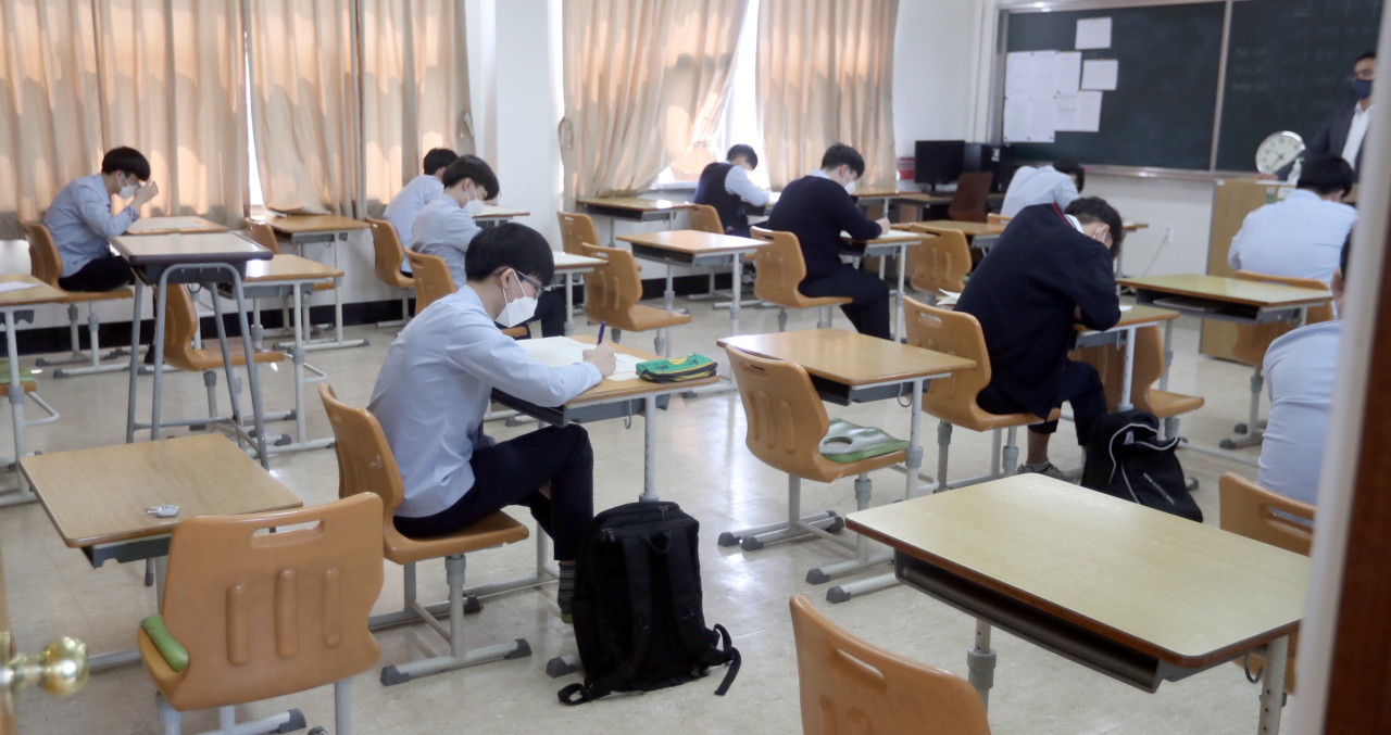 High school students in Jeonju, North Jeolla Province, take their first mock college entrance exam of this year in May after physical classroom teachings were postponed for weeks due to the coronavirus pandemic. (Yonhap)