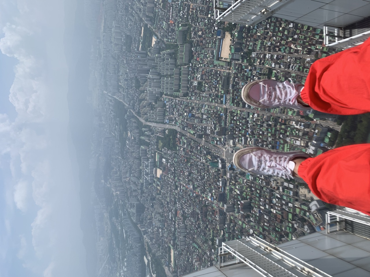 A view from the Sky Bridge at Lotte World Tower (Im Eun-byel/The Korea Herald)