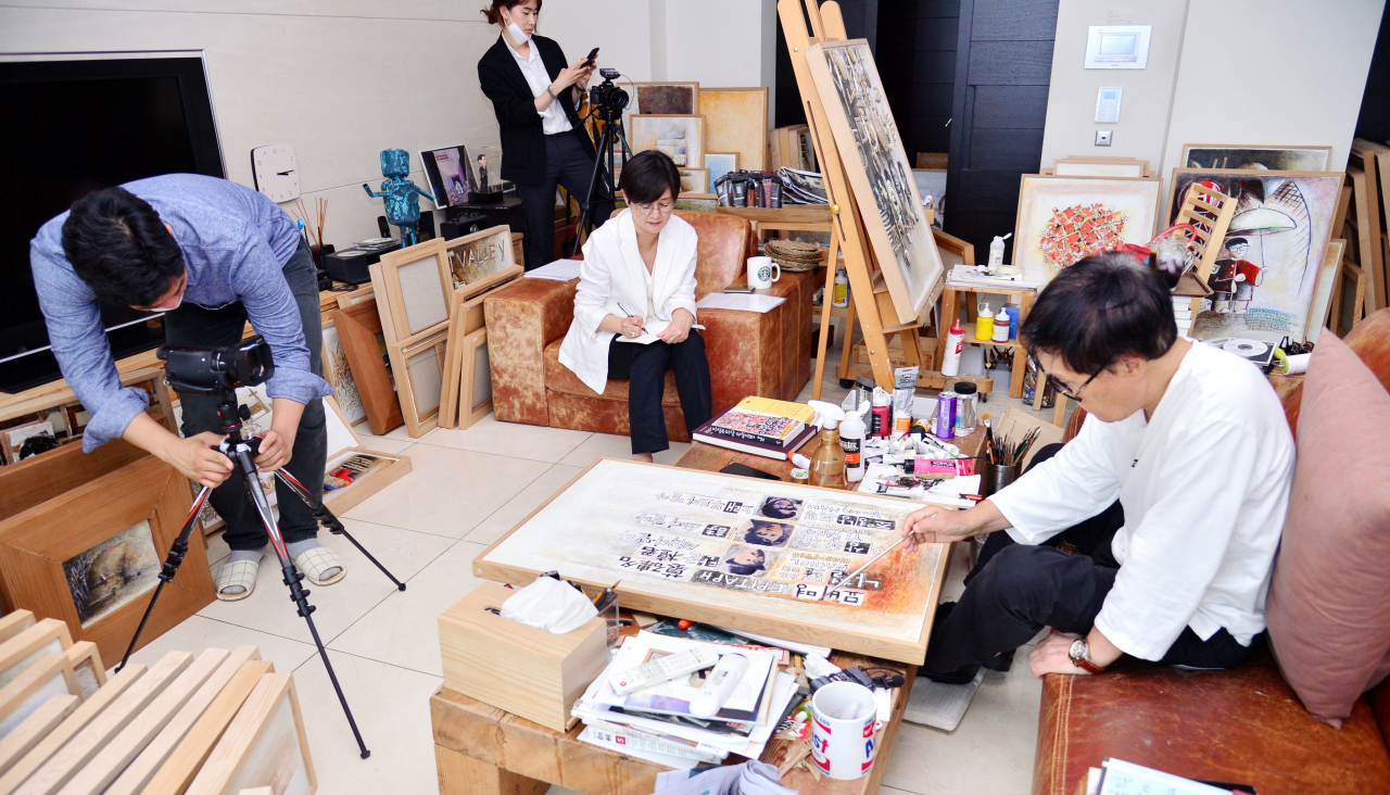 Cho Young-nam works on an illustration for his upcoming book while being interviewed. (Park Hyun-ku/The Korea Herald)