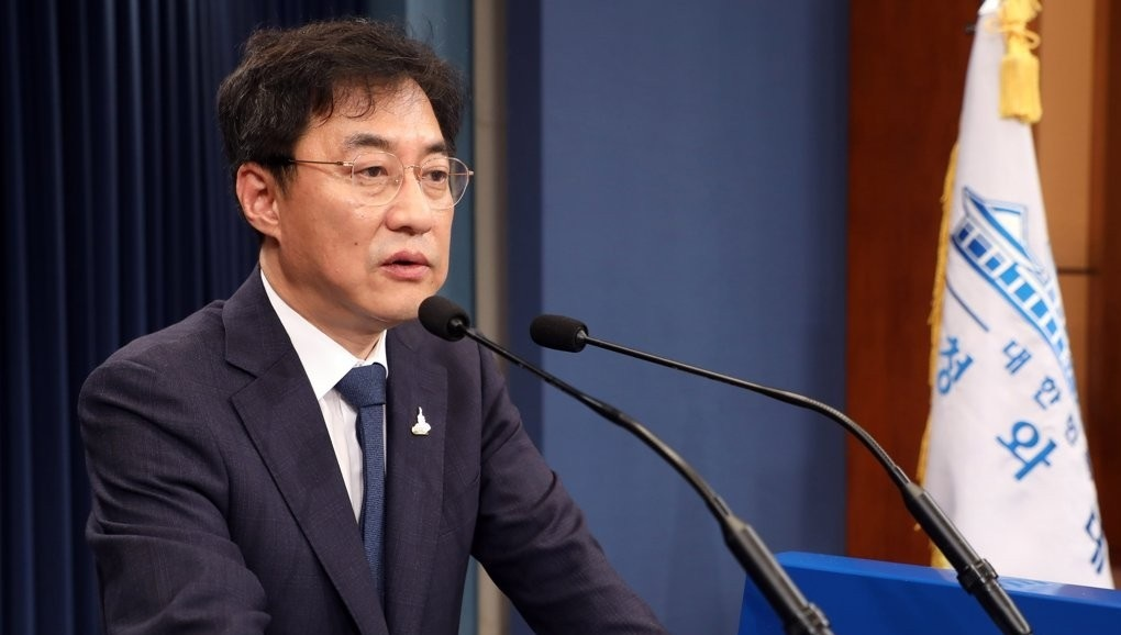 Cheong Wa Dae spokesman Kang Min-seok issues a statement, in this file photo. (Yonhap)
