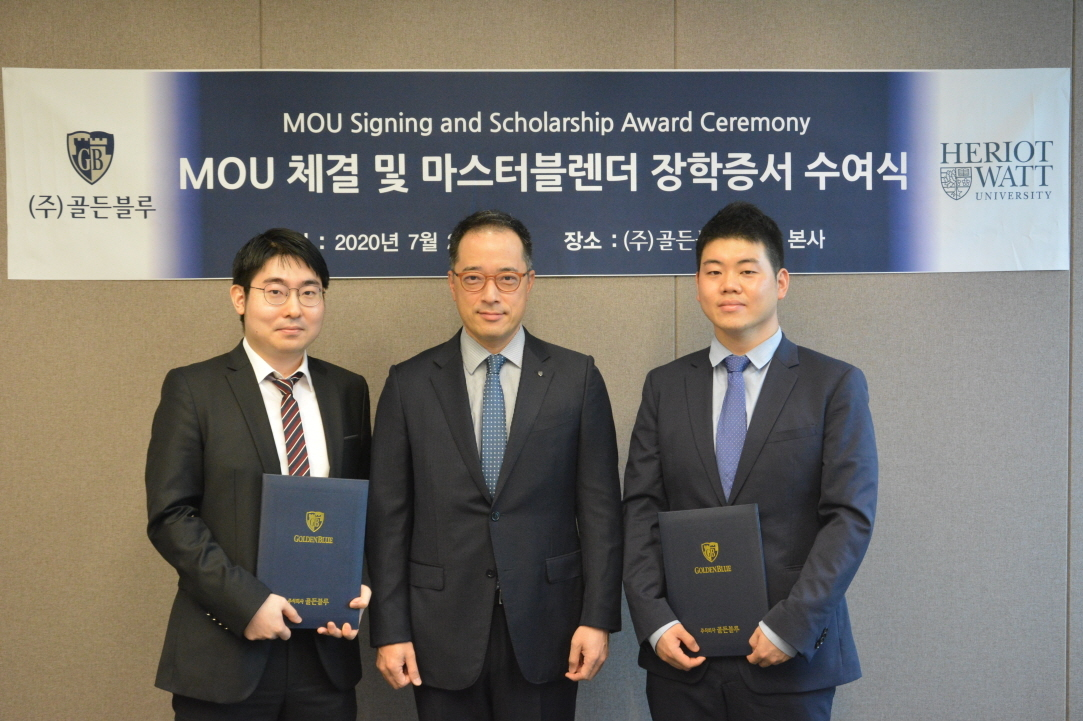Golden Blue CEO Kim Dong-wook (center) and scholarship students Lee Jin-sung (left) and Lee Joon-ho take a photo after the scholarship ceremony on Thursday in Seoul. (Golden Blue)
