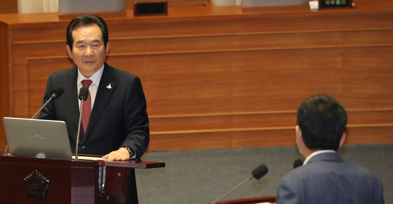 Prime Minister Chung Sye-kyun answers questions at the National Assembly on Friday. Yonhap