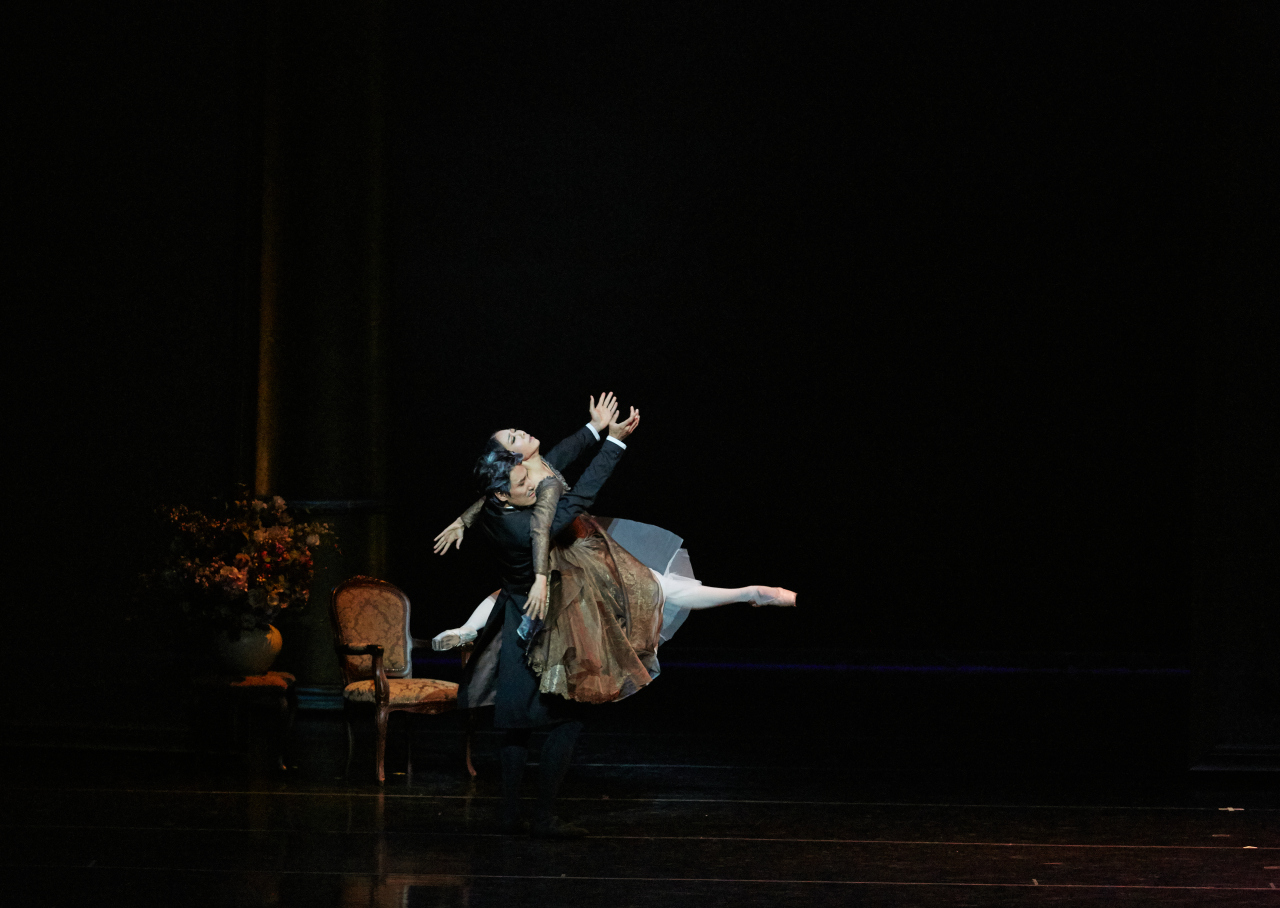"Kang Mi-sun and Lee Dong-tak, taking on the role of Tatiana and Onegin, respectively, dance a pas de deux in ""Onegin."" (Kim Kyoung-jin/Universal Ballet)"