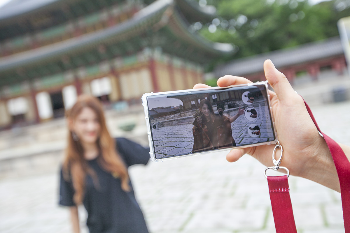 Visitors to Changdeokgung in Jongno-gu, Seoul, use SK Telecom's AR-based application. (SKT)