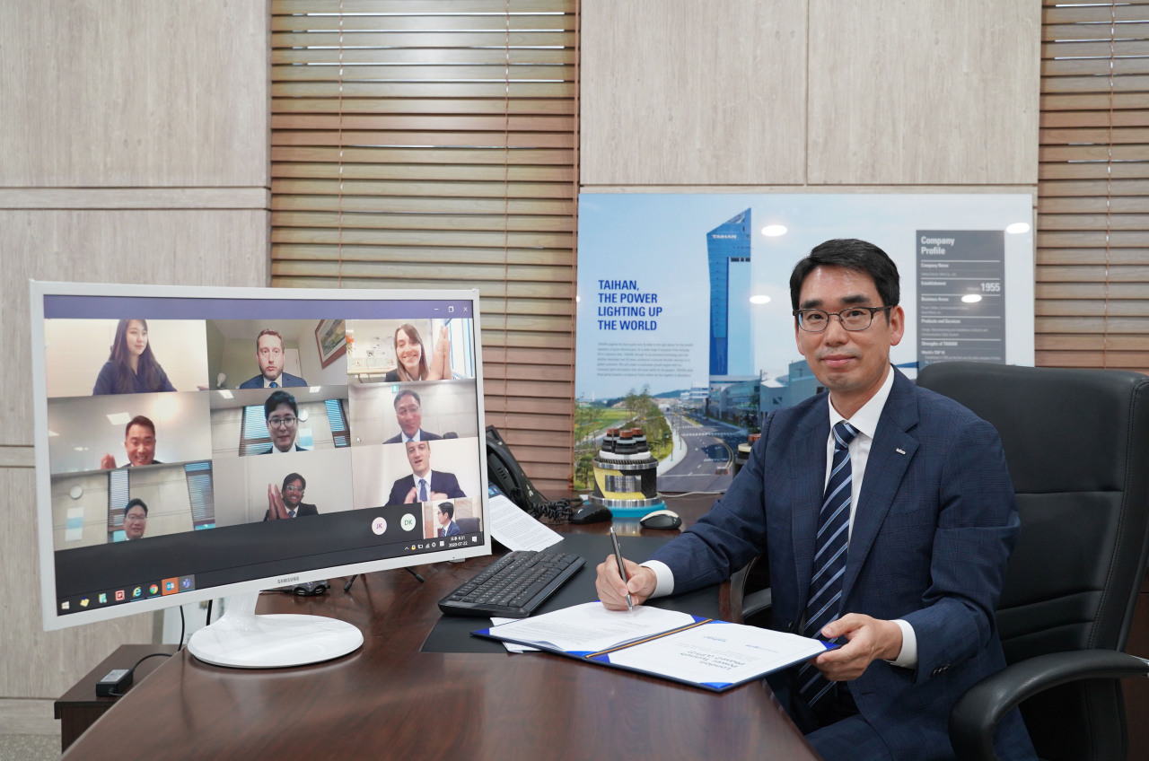 Key officials at Taihan Electric Wire and National Grid sign a contract for the London Power Tunnel 2 project, in an online meeting. (Taihan)