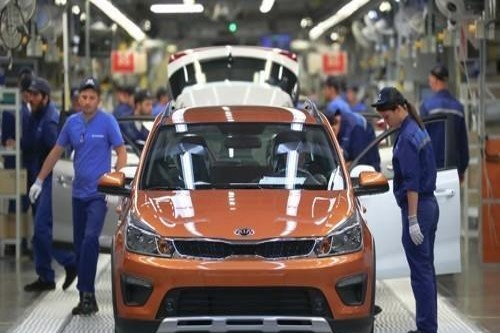Employees inspect finished cars at Hyundai Motor's plant in St. Petersburg, Russia. (Yonhap)