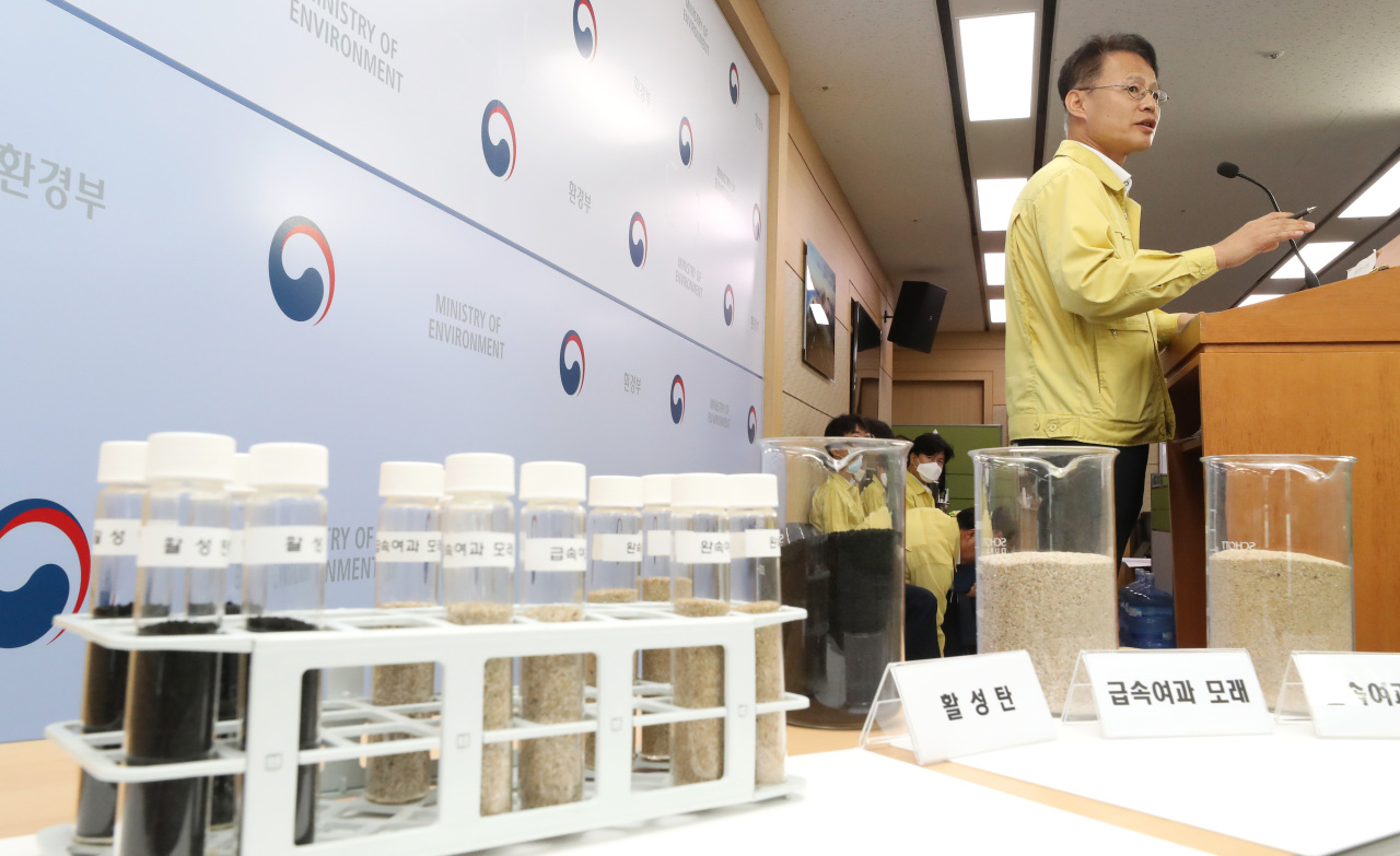 An official from the Ministry of Environment speaks during a press briefing Tuesday held in Sejong. The ministry says it found all 435 regular water treatment facilities in the country to be free of larvae or bugs according to its 10-day-long emergency inspection that ended Sunday. (Yonhap)