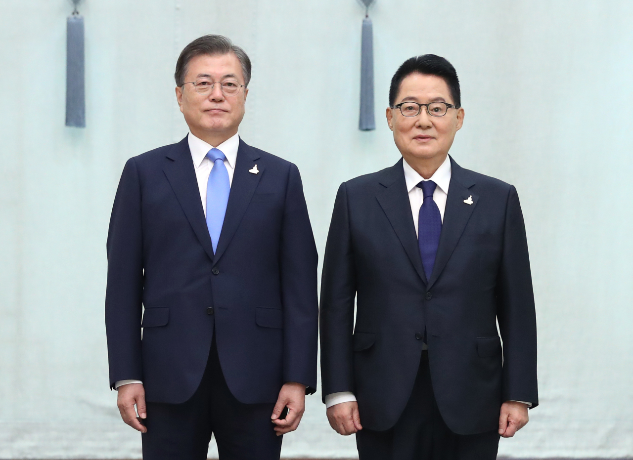 President Moon Jae-in poses with newly appointed National Intelligence Service Director Park Jie-won on Wednesday. (Yonhap)