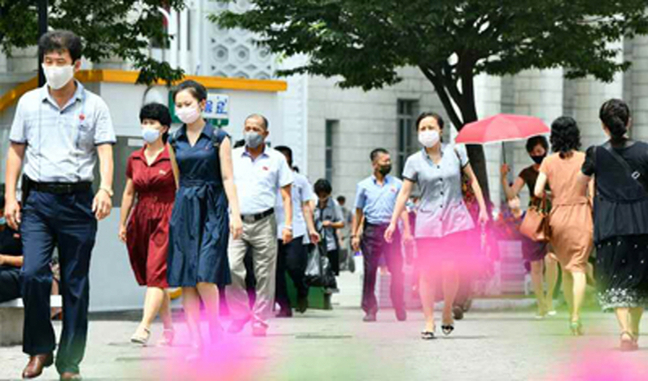 People wear masks on the streets of Pyongyang. (Yonhap)