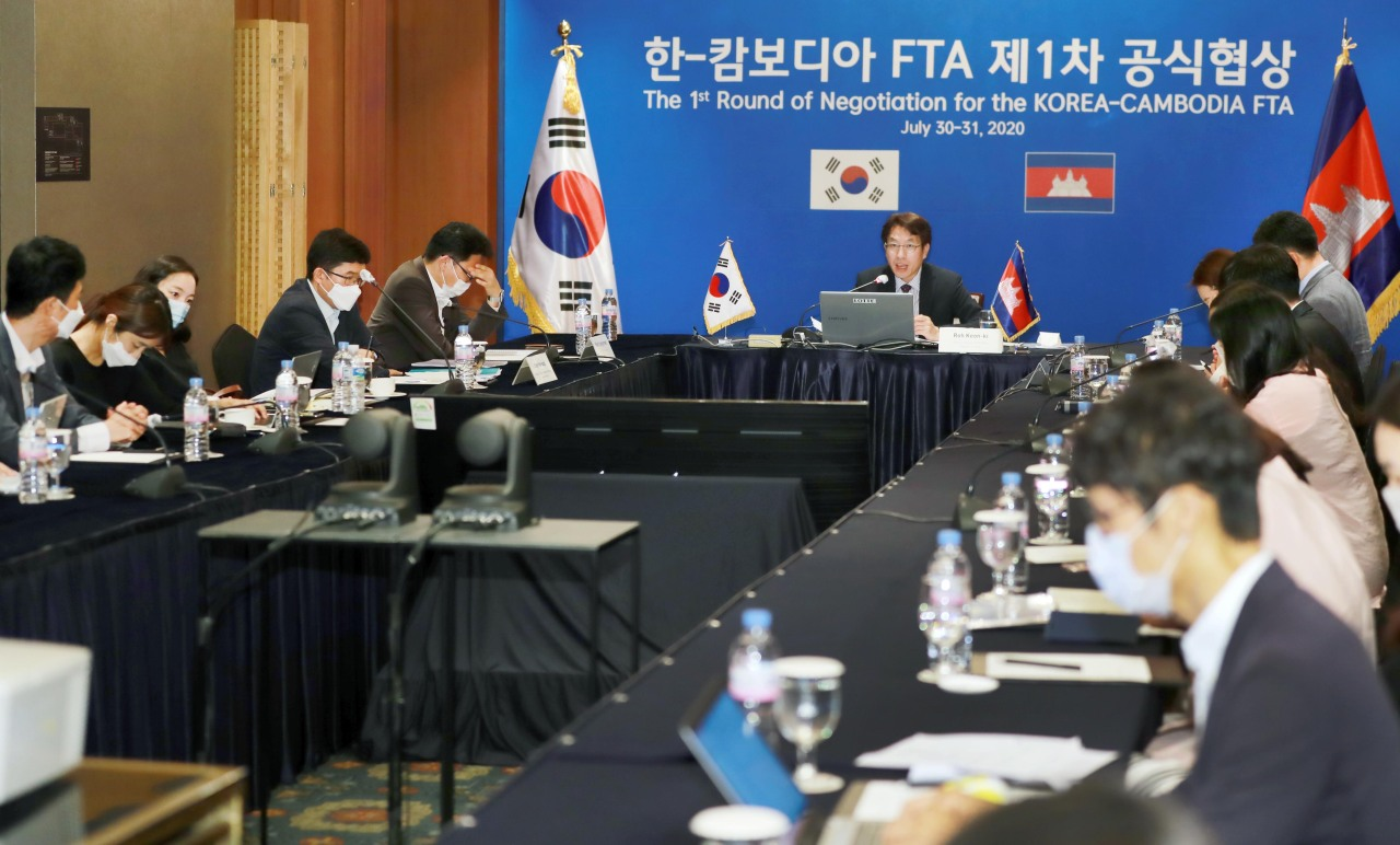 A STEP FOR FREE TRADE WITH CAMBODIA -- Roh Keon-ki (center), head of the free trade negotiation group of South Korea's Trade Ministry, speaks during a videoconference with Cambodian counterparts in Seoul on Thursday at the first round of the FTA negotiations. During the two-day online negotiations, they will discuss details of the bilateral free trade pact. The ministry said the deal will help South Korea to have a strong foothold in the Southeast Asian market. (Yonhap)