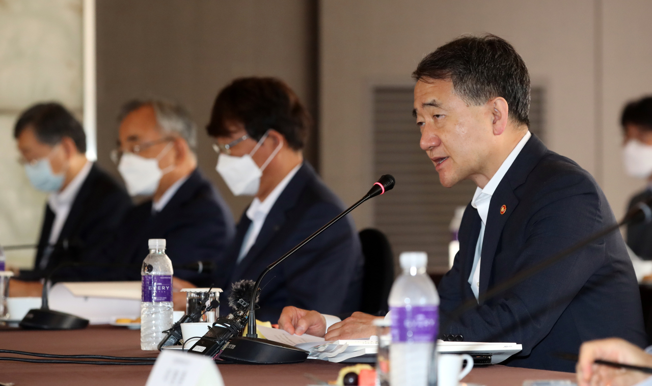 Minister of Health and Welfare Park Neung-hoo (right) chairs the investment management committee of the National Pension Service in Seoul on Friday. (Yonhap)