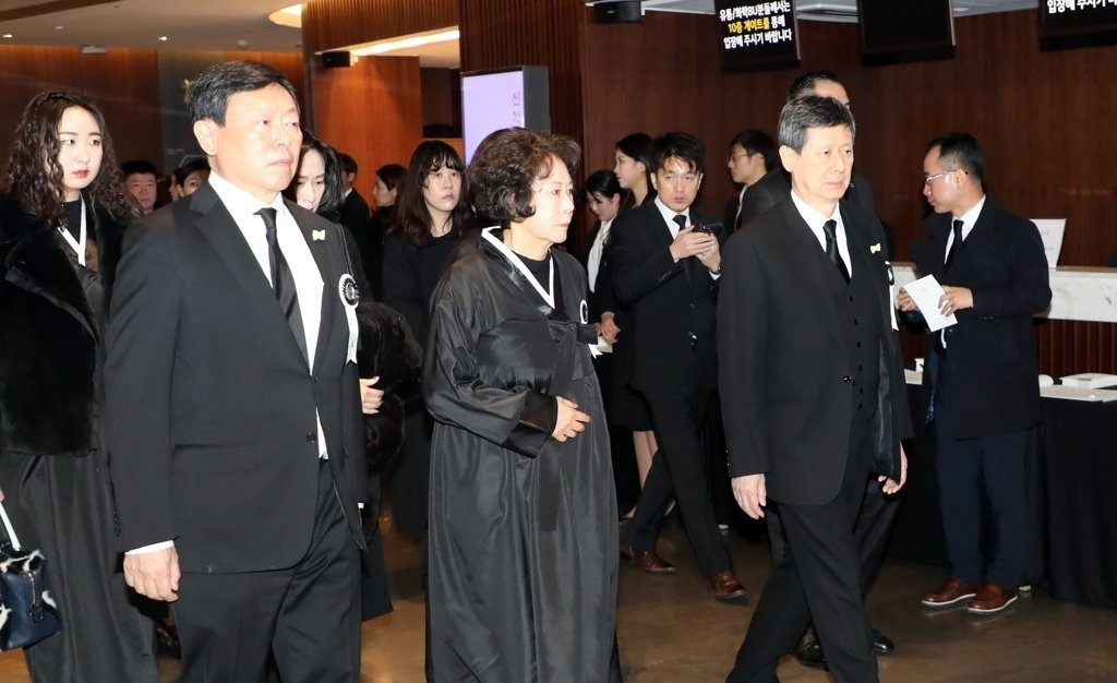 Lotte Group Chairman Shin Dong-bin (left) and his siblings attending the memorial service of his late father Shin Kyuk-ho in January. (Yonhap)
