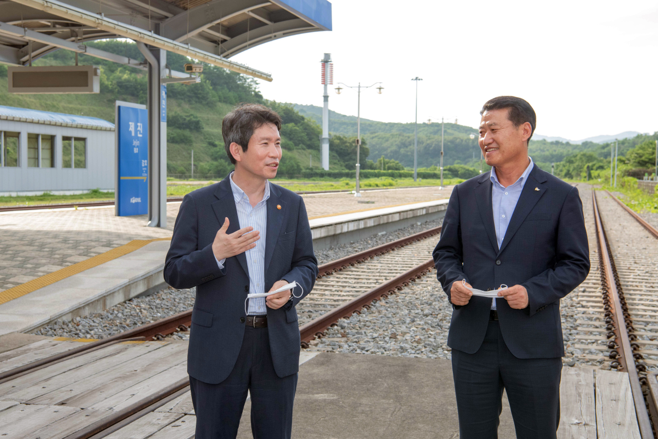 Unification Minister Lee In-young (left) speaks at Jejin Station in the border town of Goseong on Friday. (Yonhap)