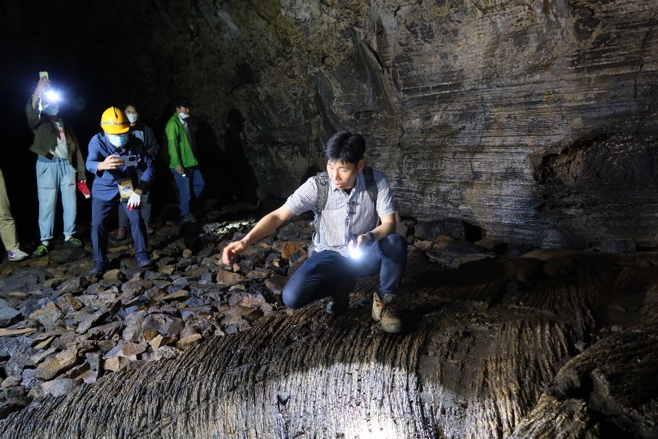 Ki Jin-seok, a curator of Jeju World Natural Heritage Center, explains how Manjanggul was created during a press tour on July 24. (Song Seung-hyun/ The Korea Herald)
