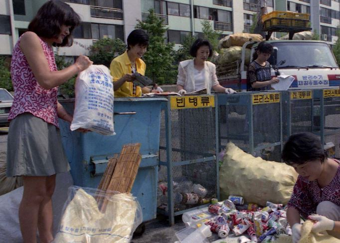 Residents at a district in Seoul carry out recycling in the 1990s, when the population of the capital approached 11 million. The demographic figure stayed at 9.71 million as of July 2020. (National Archives of Korea)