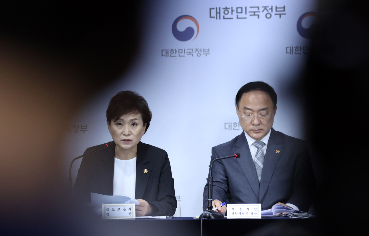 Deputy Prime Minister and Finance Minister Hong Nam-ki (right) and Land Minister Kim Hyun-mee speak Tuesday in a press briefing on housing supply plans. (Yonhap)