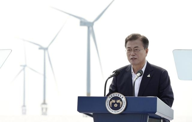 President Moon Jae-in gives a speech at a wind farm in Buan, North Jeolla Province, on July 17. (Yonhap)