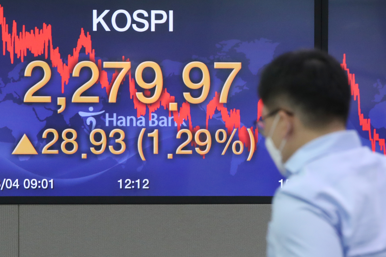 A sign at Hana Bank's dealing room in Seoul on Tuesday shows the Kospi index hit its yearly high closing of 2,279.97. (Yonhap)