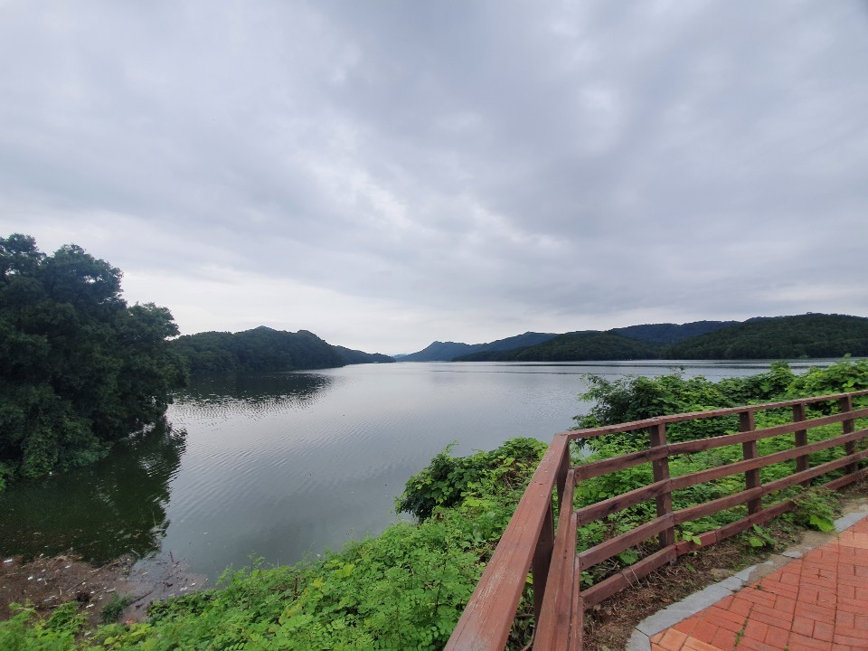 Daecheong Lake next to the Lohas Family Park trail (Lim Jang-won / The Korea Herald)