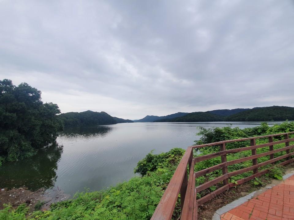 Daecheong Lake next to the Lohas Family Park trail (Lim Jang-won / The Korea Herald)