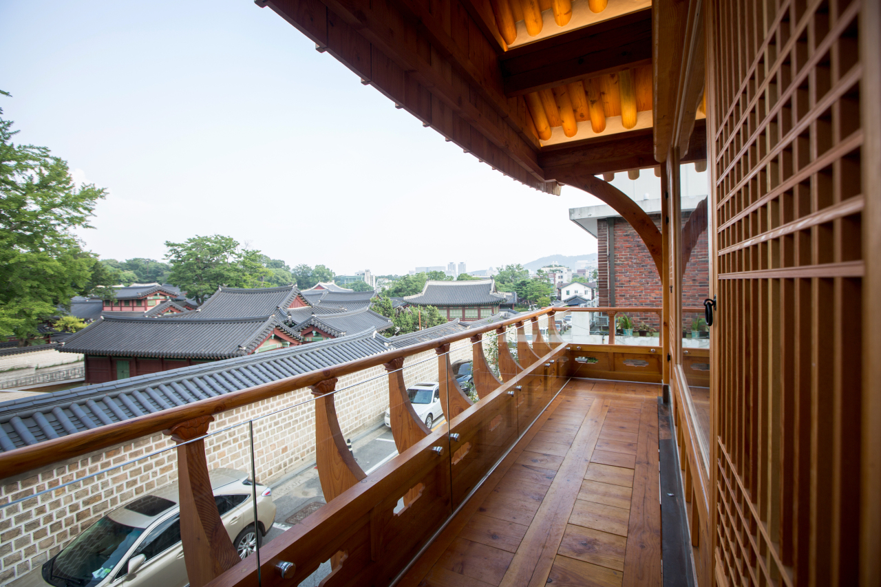 View of Changdeokgung from the second-floor terrace of Sogongheon. (Sogongheon)