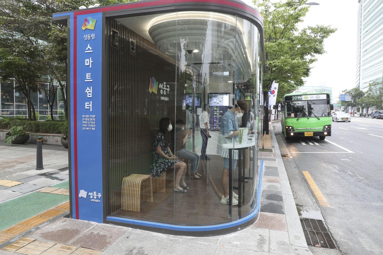 A smart bus shelter installed in front of the building of the Seongdong-gu District Office in Seoul. (The Seongdong-gu District Office)