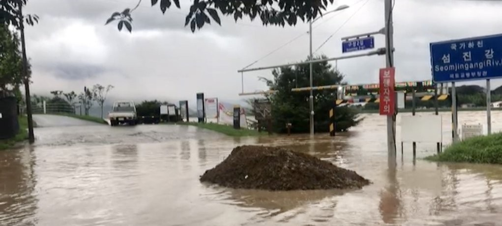 The Seomjin River is on the verge of overflowing in Gurye, South Jeolla Province, on Aug. 8, 2020, in this photo provided by the Gurye county office. (Yonhap)
