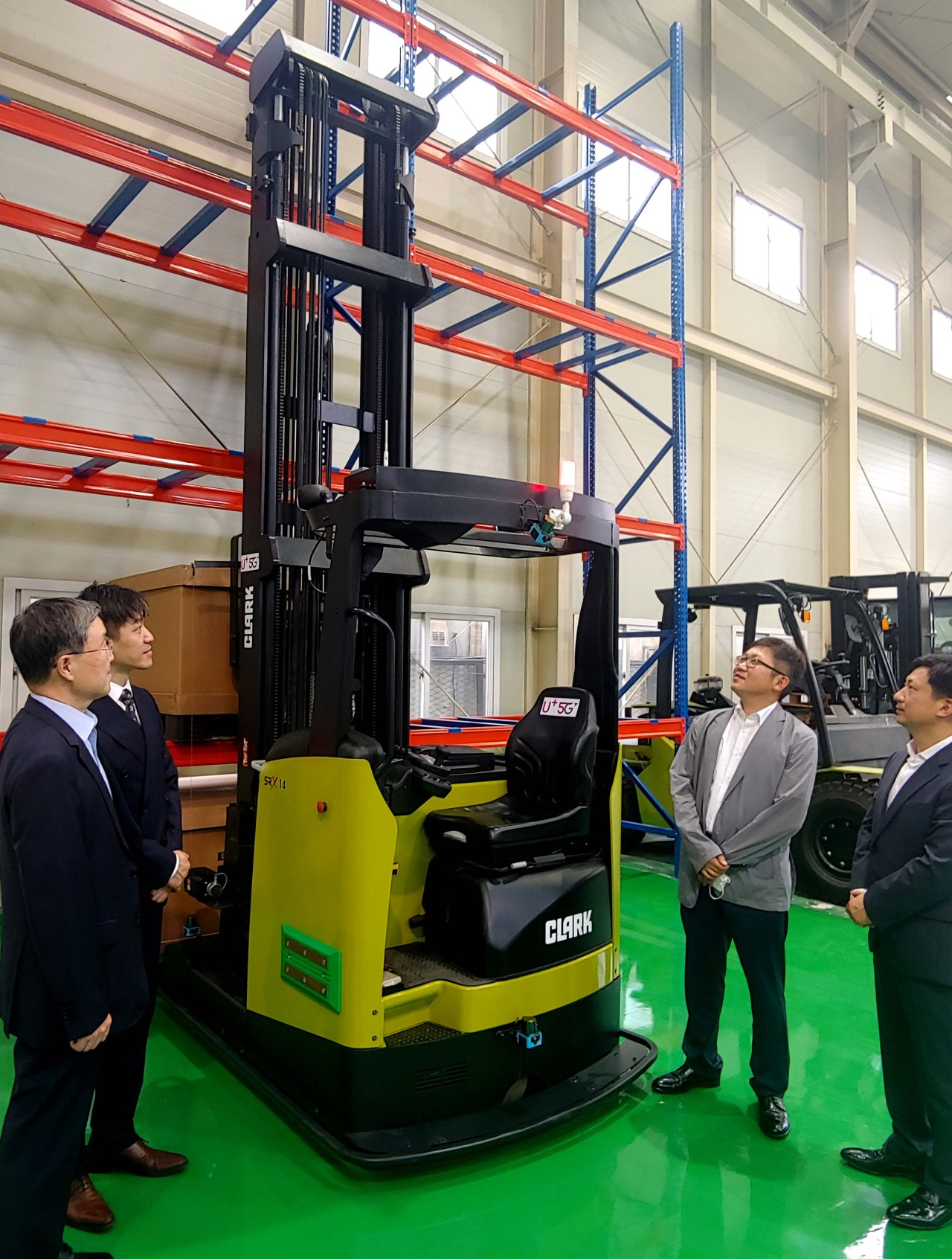 A 5G-based self-driving forklift (LG U+)