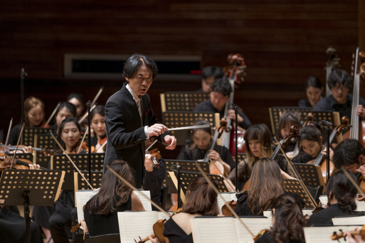 Conductor Chung Chi-yong and the PyeongChang Festival Orchestra present Beethoven's Symphony No. 5 in C minor, Op. 67 at the Alpensia Music Tent in Pyeongchang, Gangwon Province, Saturday. (MPyC)