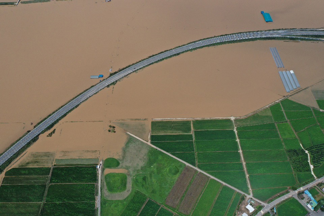 Fields along Yeongsan River in Naju, South Jeolla Province, are submerged on Sunday after heavy rains caused an overflow. (Yonhap)