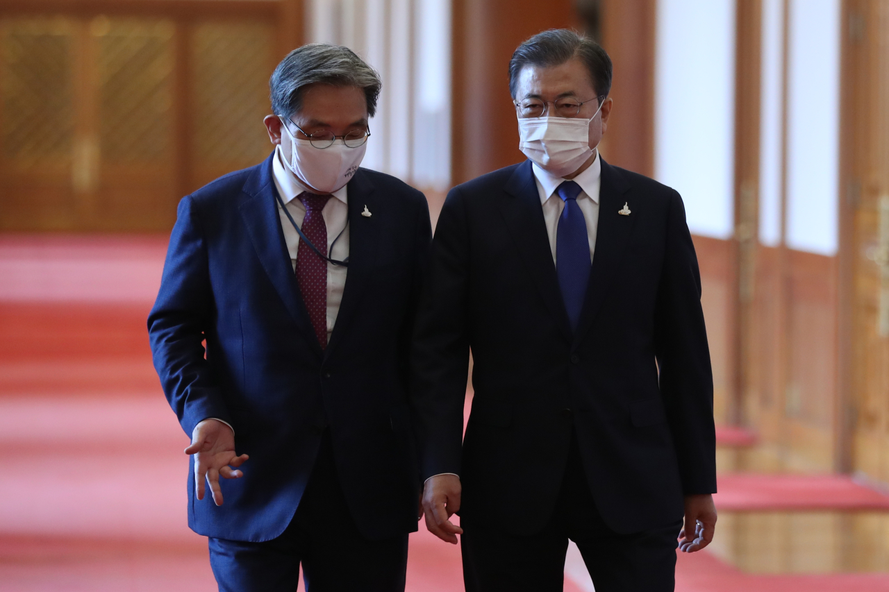 President Moon Jae-in and chief of staff Noh Young-min (left). (Yonhap)