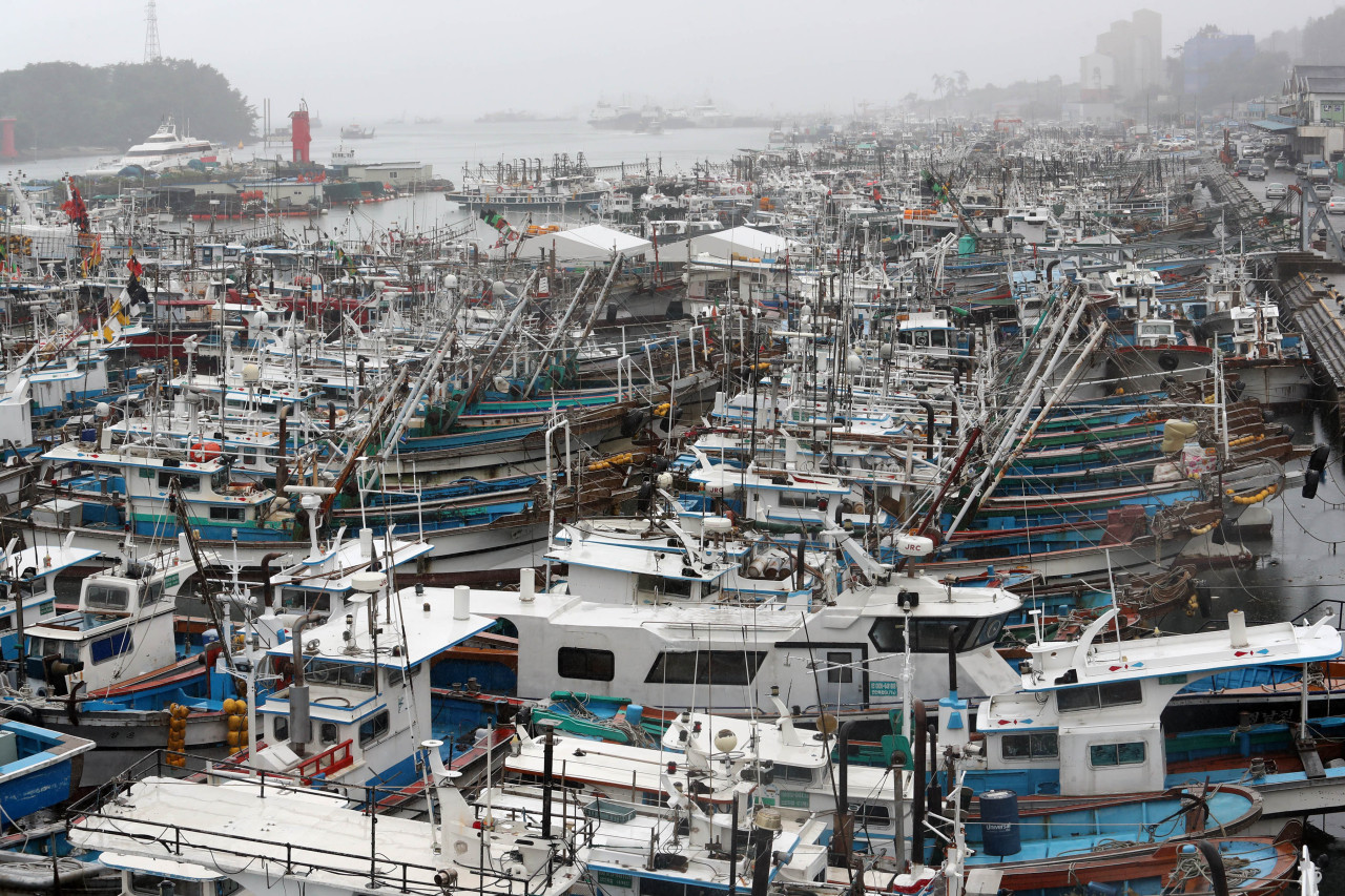 Ships are docked Monday at a shipyard in Yeosu, South Jeolla Province, as Typhoon Jangmi, the fifth typhoon of the year and the first typhoon to directly impact Korea, approaches the peninsula. (Yonhap)