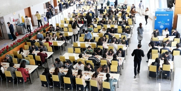 Workers at Yongin City Hall in Gyeonggi Province eat lunch at a cafeteria earlier this year. The city, which has taken a part in the province's fast-growing population, saw the number of residents come to 1.07 million as of July. This marked a 25.7 percent increase from 850,000 a decade earlier. (Yongin City)